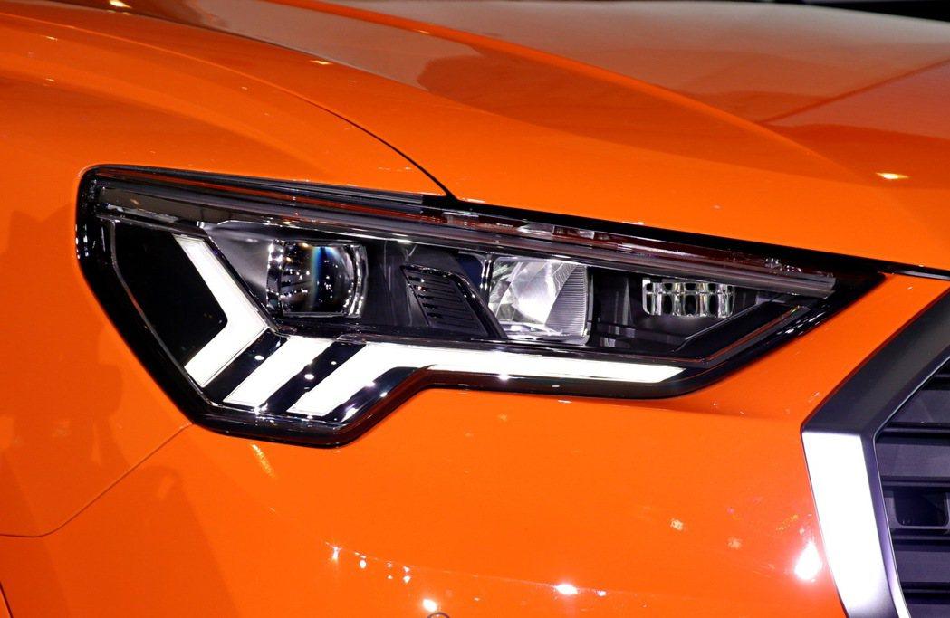 「LED極光頭尾燈組」。 記者陳威任/攝影