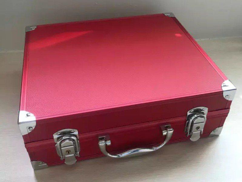 網友收到外婆贈送的復古紅色手提箱。 圖/翻攝自Dcard