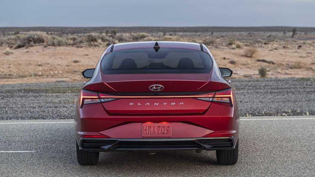 """車尾使用了科技感十足的連貫式""""H字樣""""LED尾燈。 摘自Hyundai"""