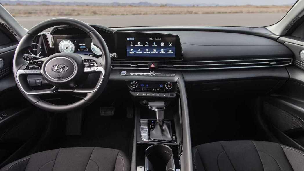 駕駛座設計具有飛行器的環艙感並設置跑車才有的乘客中央扶手。 摘自Hyundai
