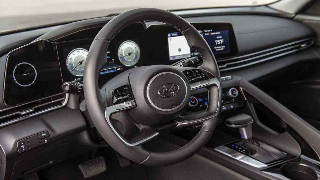 方向盤是採用平行四輻式頗有豪華車的感受。 摘自Hyundai