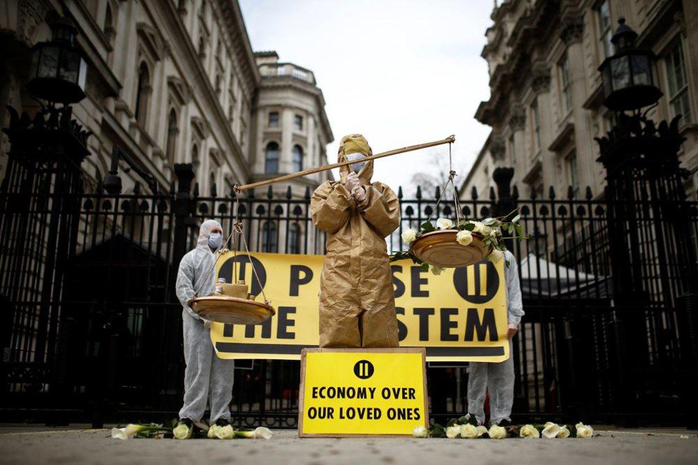 英國團體抗議政府的「佛系防疫」作為。 圖/路透社
