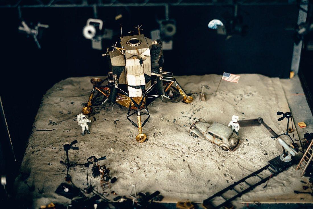 擬真的太空場景,鏡頭再拉近些會讓人誤以為是衛星空拍照片。 圖/張紀詮 攝影