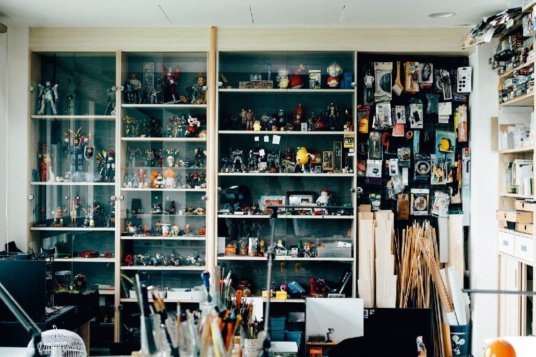 鄭鴻展的收藏和創作材料雖多,養成分類收納好習慣,東西一目瞭然。 圖/張紀詮 攝影