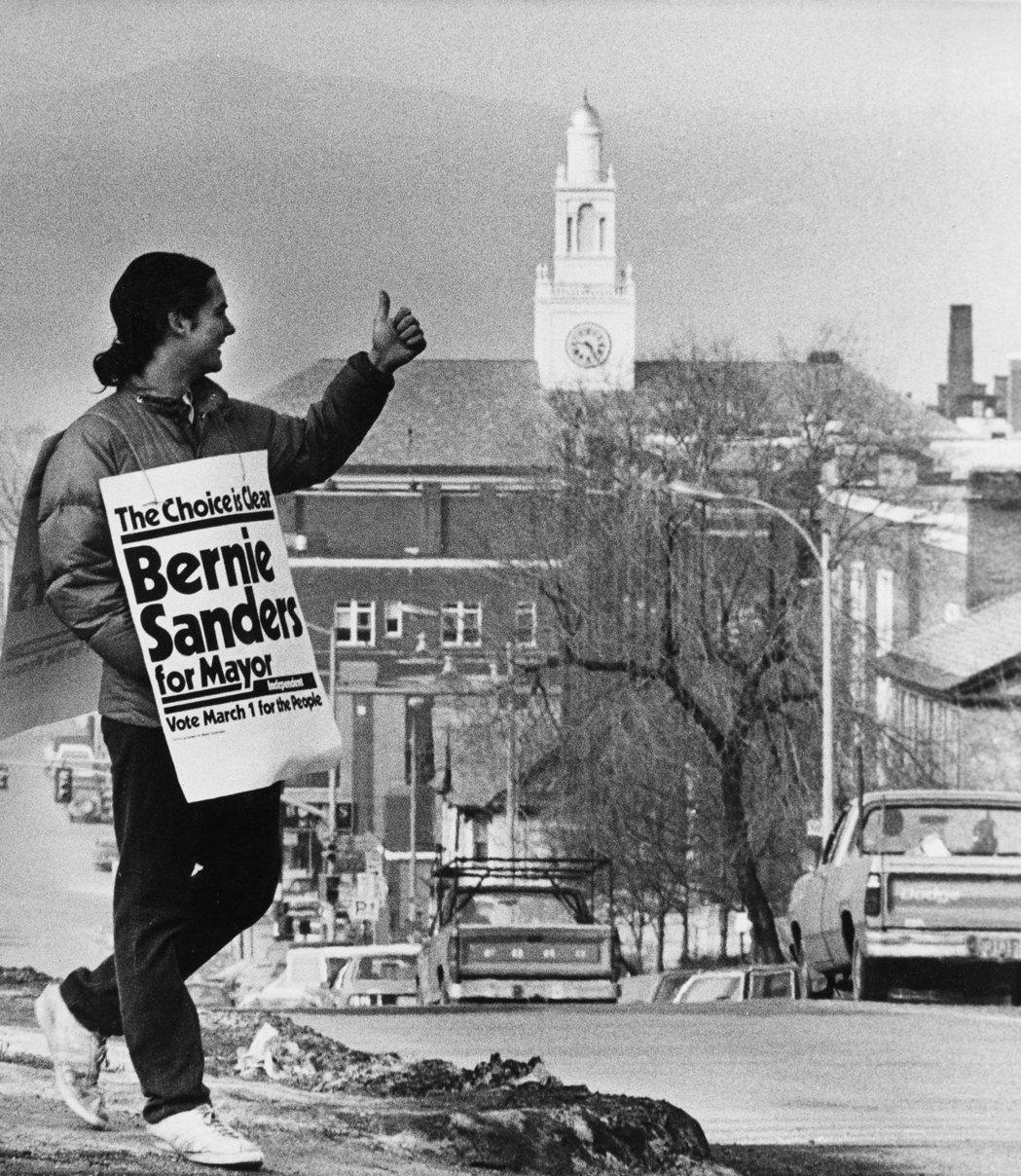 「為了人民,3月1日市長票投桑德斯!」桑德斯慣以煽動性的口吻訴諸「人民」,圖為1...