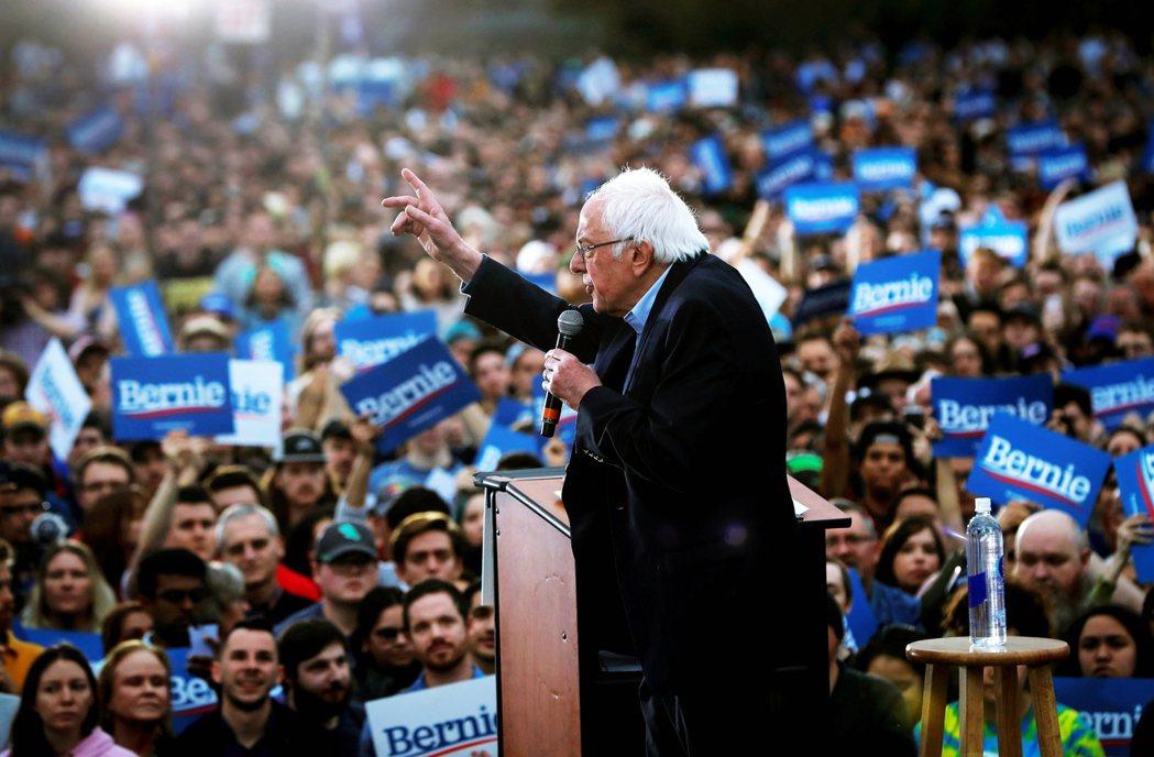 桑德斯一向不避諱自稱為「社會主義者」,而且喜歡用「革命」描述自己的選戰主軸,訴求...