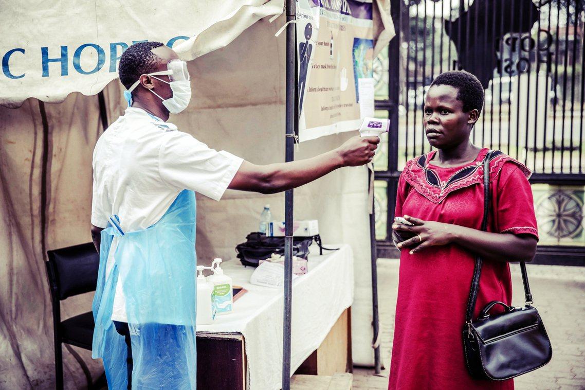 圖為非洲抗疫,測量民眾體溫。 圖/法新社
