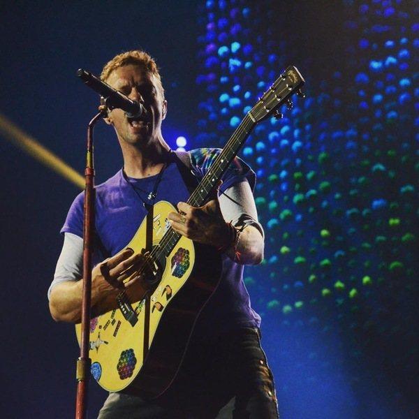 酷玩樂團主唱馬丁17日率先響應「一起在家」運動,在社群平台直播開唱。(photo by Coldplay粉絲專頁)