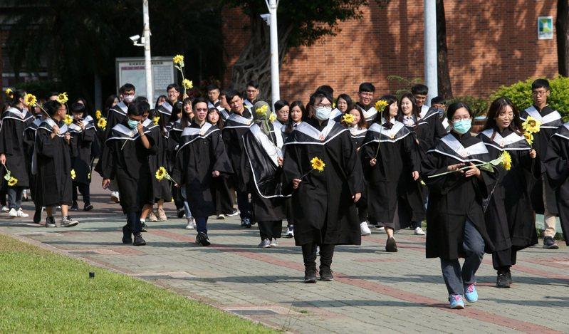 南部某國立大學傳出新冠肺炎確診病例,該校學生在校園拍攝畢業照時也大多戴起口罩自保。圖非新聞當事人。聯合報記者劉學聖/攝影