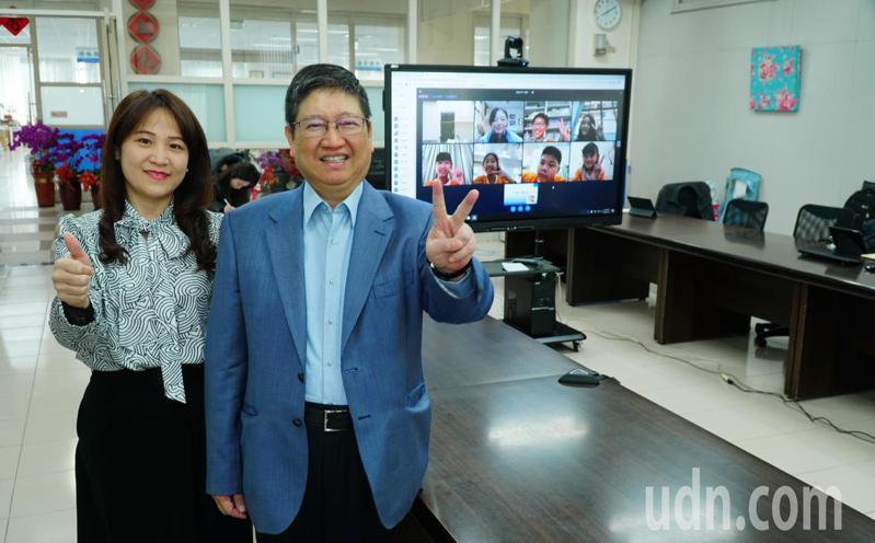 縣長楊文科(右)表示,防疫期間為讓學生學習不間斷,縣府提前1個月設置「米立雲」線上教學系統。記者陳斯穎/攝影