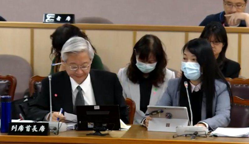 司法院刑事廳長彭幸鳴(前排右)表示,判決書主文要旨可翻譯,但要全文翻譯有其難度。圖/取自立法院議事轉播網站