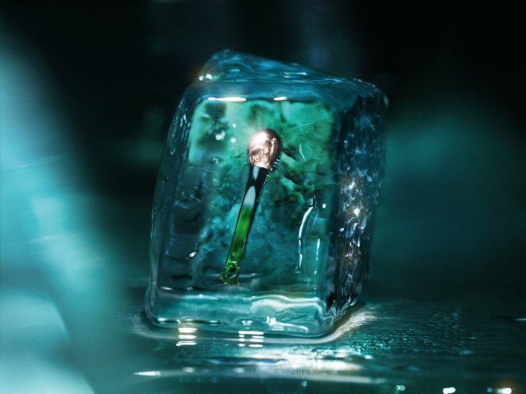 海洋拉娜濃萃修復眼霜,搭配銀製眼霜導入棒。圖/海洋拉娜提供