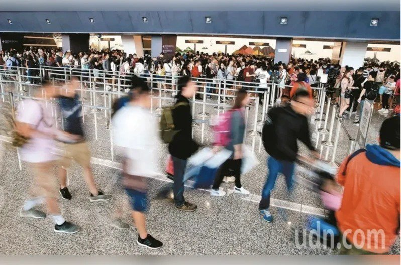 中央流行疫情指揮中心指揮官陳時中宣布,明天凌晨零時起,非本國籍人一律限制入境。本報資料照片