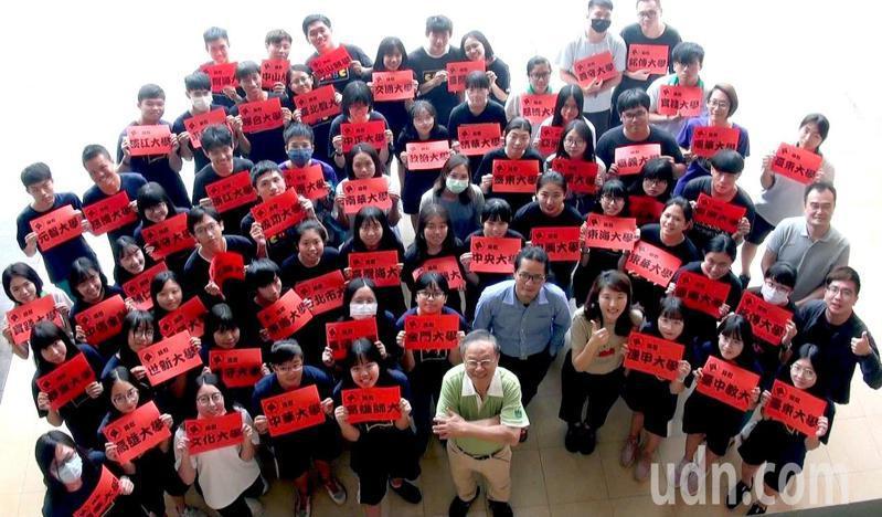 高雄仁武高中今年有61名學生循繁星入學管道,考上公私立大學,成績創歷年新高。記者王昭月/攝影