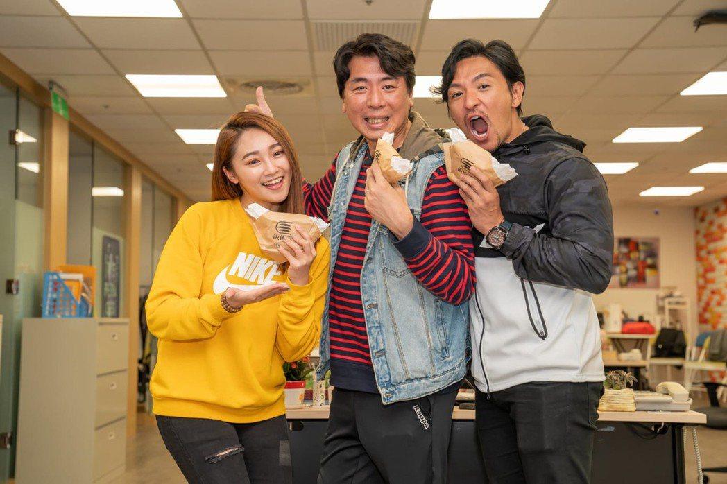 夢多(右起)、梁赫群和張文綺搭檔「食尚玩家」全新系列,才合作3集就默契十足,火花