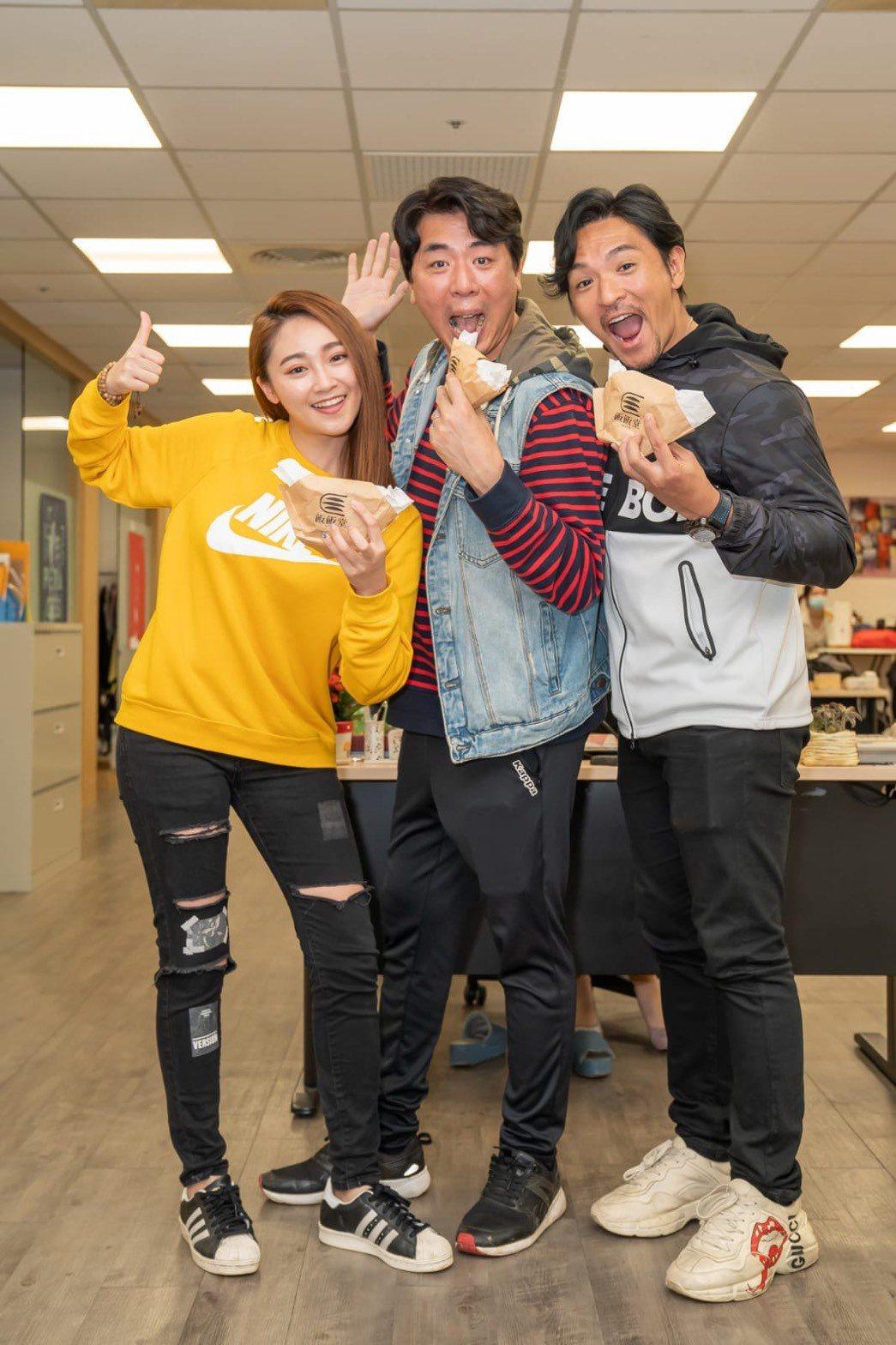 夢多(右起)、梁赫群和張文綺搭檔「食尚玩家」全新系列,才合作3集就默契十足,火花...