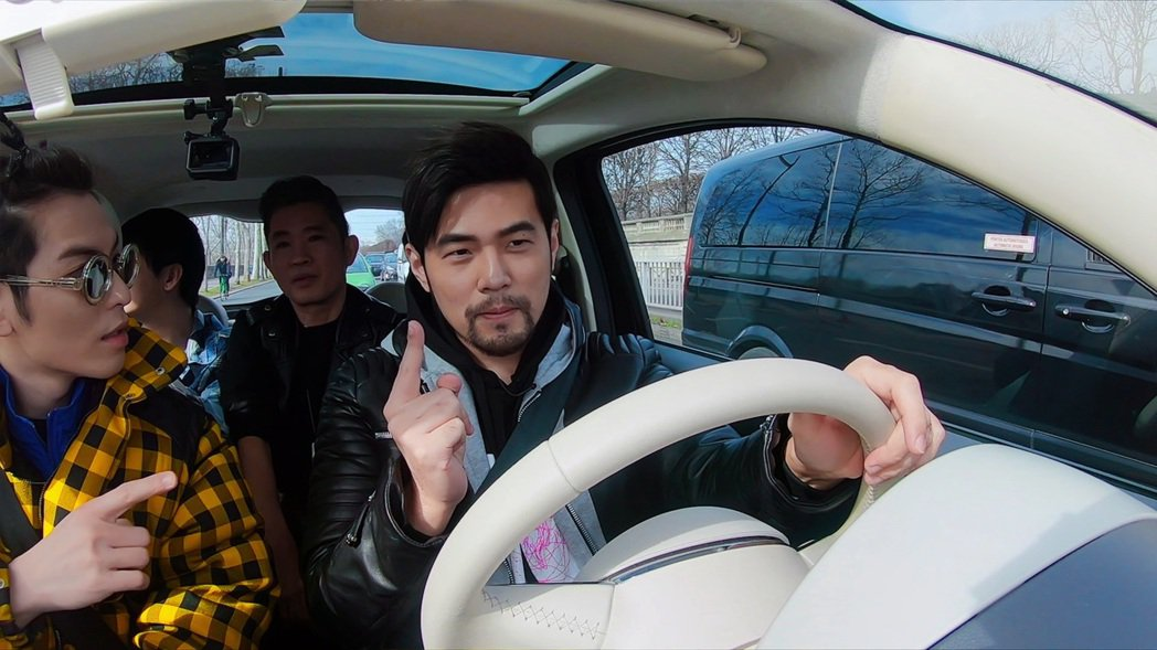 周杰倫(前排右)和蕭敬騰(前排左)在「周遊記」首集合體。圖/Netflix提供