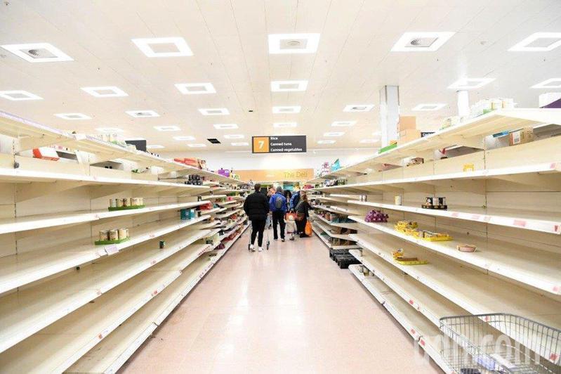 新冠病毒爆發後,英國超市遭民眾搶購一空。 圖/歐新社