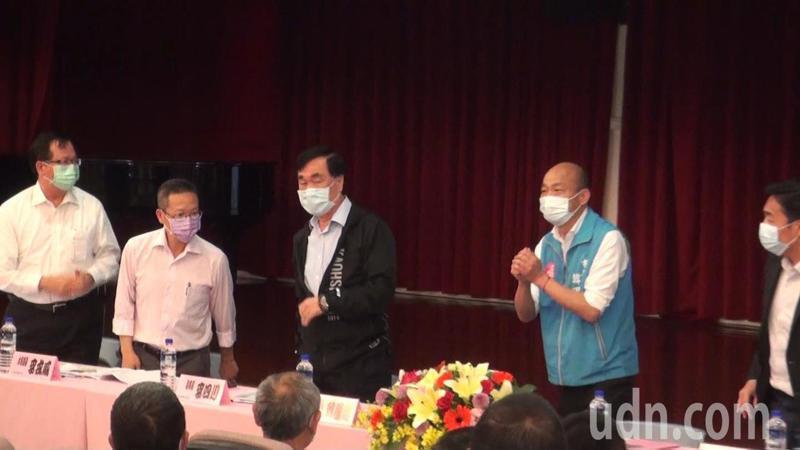 高雄市長韓國瑜(左四)今天參加仁武區的里業務會報,未在開放採訪的10分鐘內致詞,引來媒體問是不是怕說錯話。記者楊濡嘉/攝影