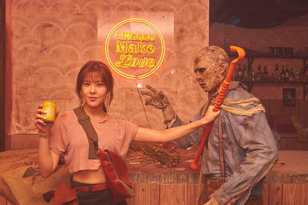 Erika(左)在MV中對抗殭屍。圖/華納音樂提供