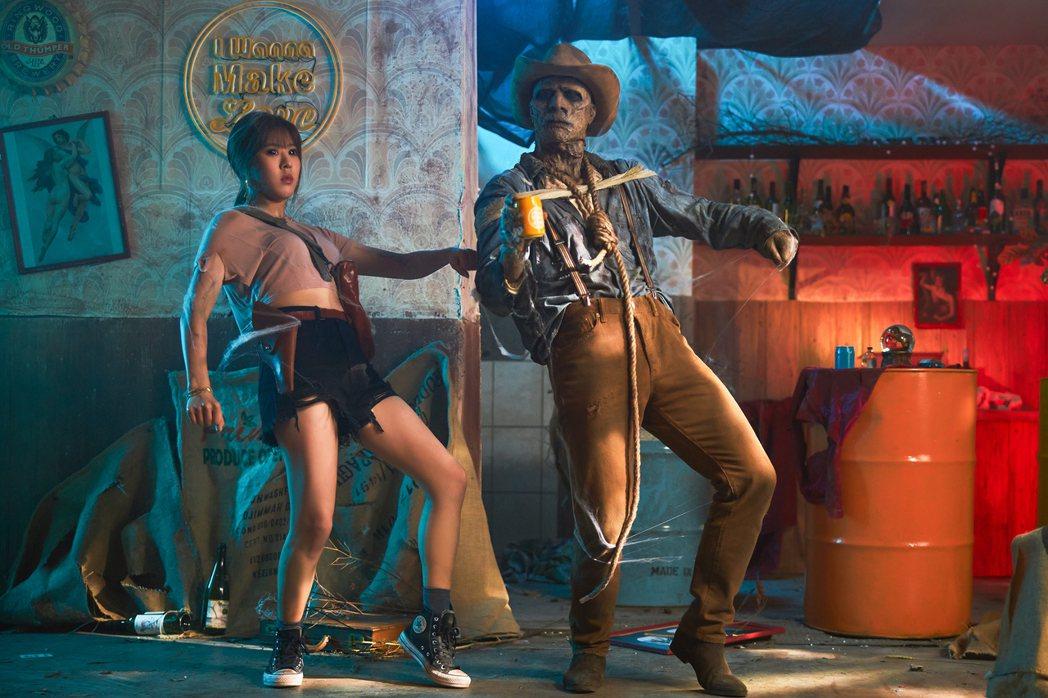 Erika(左)在MV中秀出舞技。圖/華納音樂提供