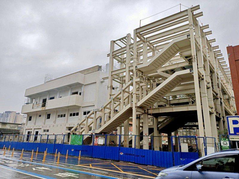 桃園市政府已於前年先行啟動鐵路地下化先導工程,其中中壢臨時後站結構體已完成外觀,預計9月完工啟用。圖/桃園市捷運工程局提供