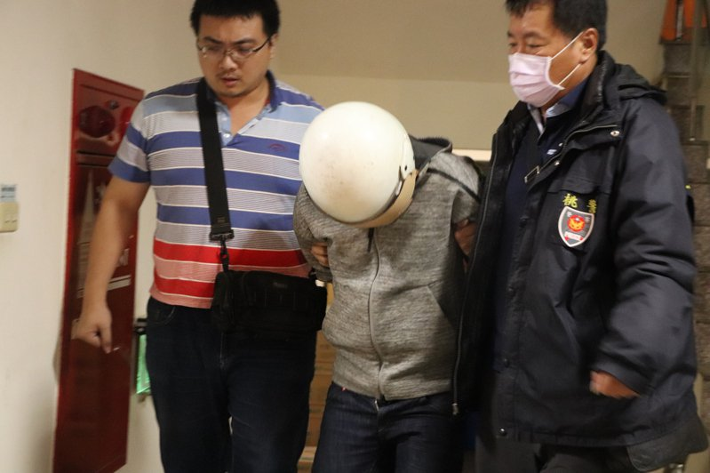 涉嫌殺害賴姓女子的洪姓男友今晚7點半左右被警方帶至八德警分局。記者陳夢茹/攝影
