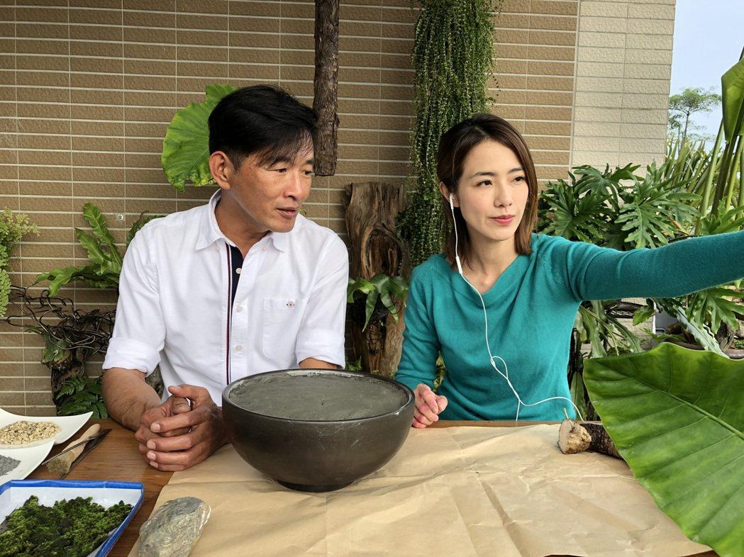 黃瑄(右)向陳一光老師學習在家種植盆栽。圖/民視提供