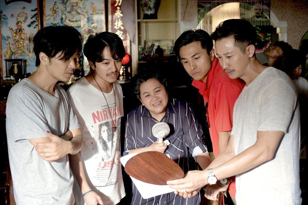 張書偉(左起)、楊銘威、鍾欣凌、王少偉、Darren拍攝「我的婆婆怎麼那麼可愛」