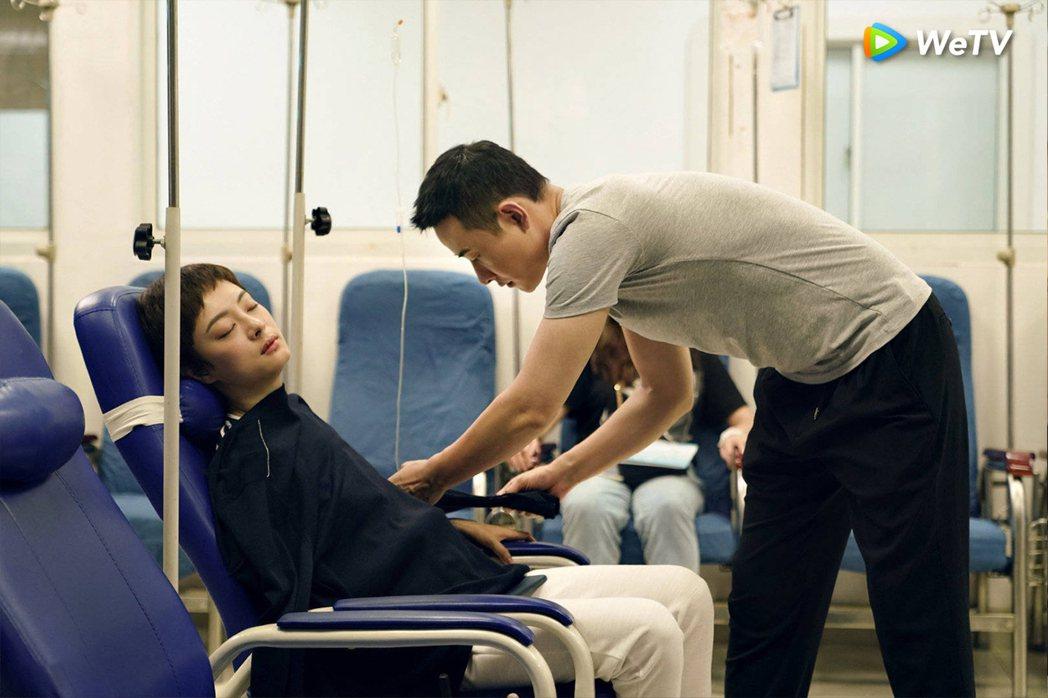 羅晉(右)貼心幫孫儷蓋外套。圖/WeTV提供