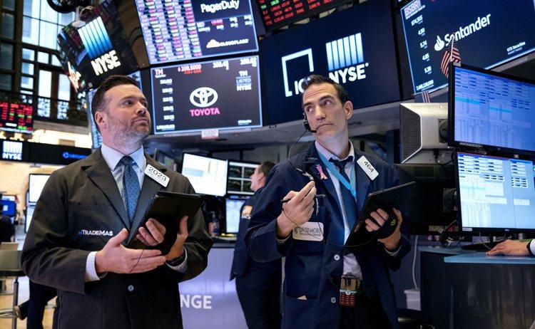 疫情延燒造成全球金融市場,包括歐、美及亞洲各國股市,以及原油與黃金價格都連番大跌...