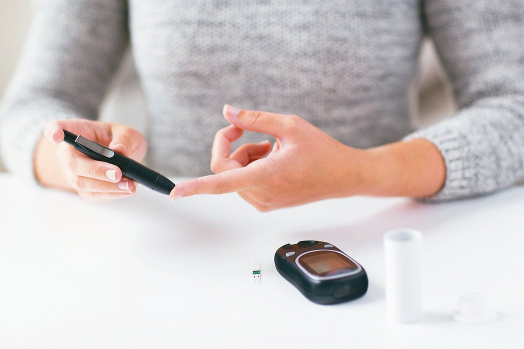 正當全球新冠肺炎流行之際,提醒糖友減少群聚,更應勤做血糖監測,可降低罹疫風險。 ...