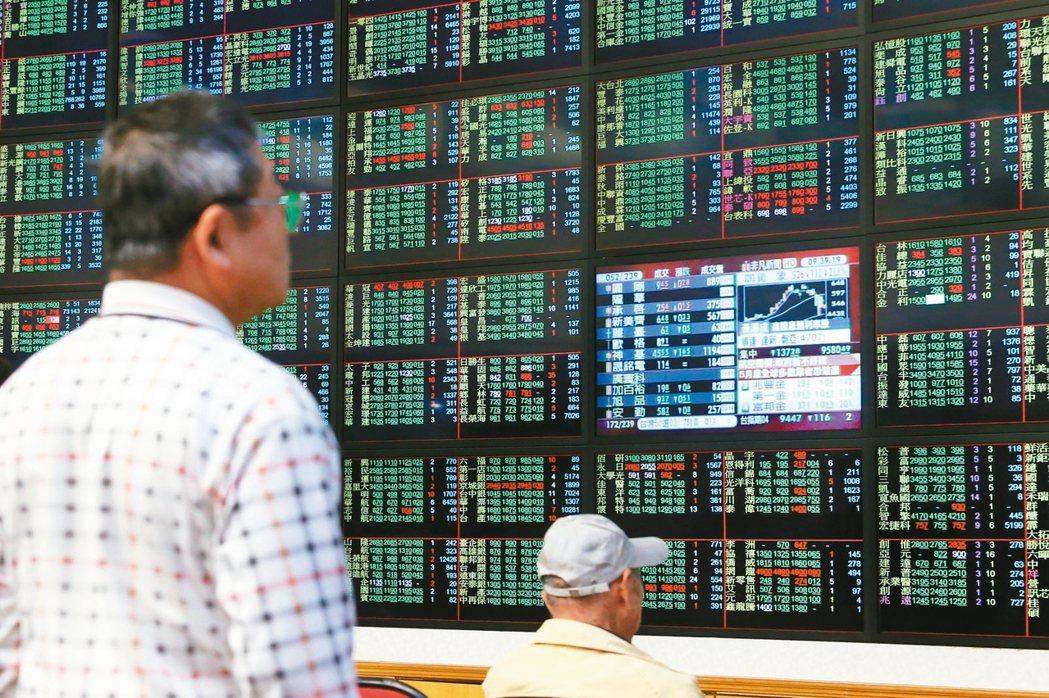 台股掛牌ETF快速成長,吸引各類投資人,最近多檔ETF爆量,每日平均成交張數創新...