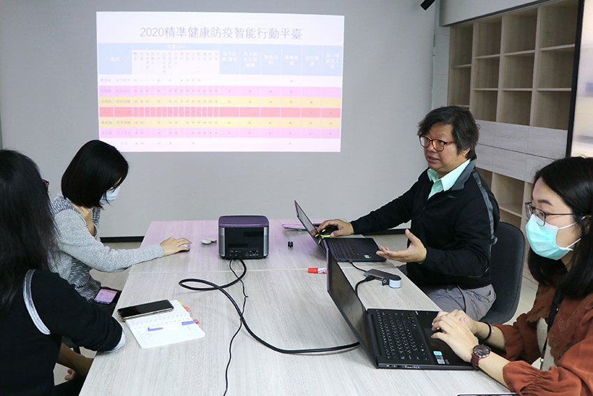 陽明大學生物醫學資訊研究所教授張博論(右二)說,防疫智能行動平台可以掌握自主健康...