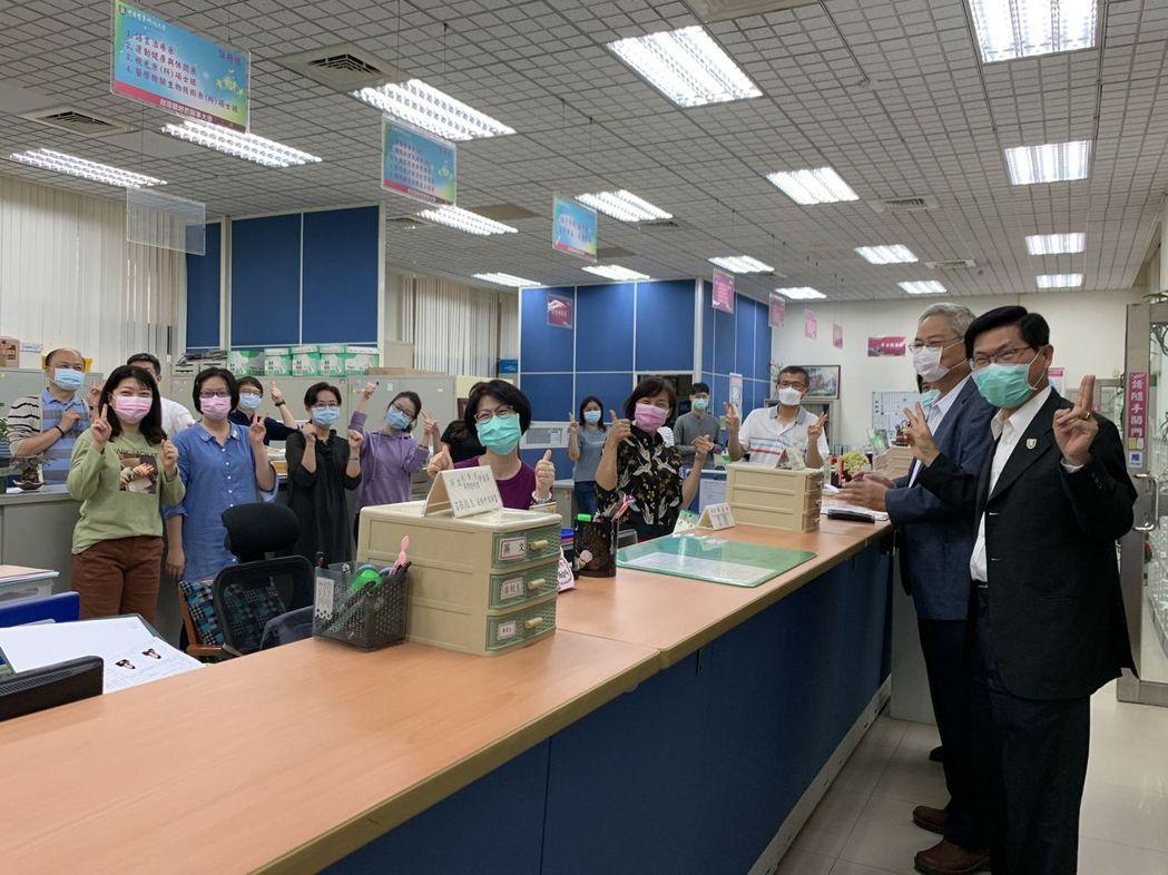 中華醫事科大董事長鄭啟瑞(右二)偕同校長曾信超(右一)向職員宣佈調薪的好消息。 ...