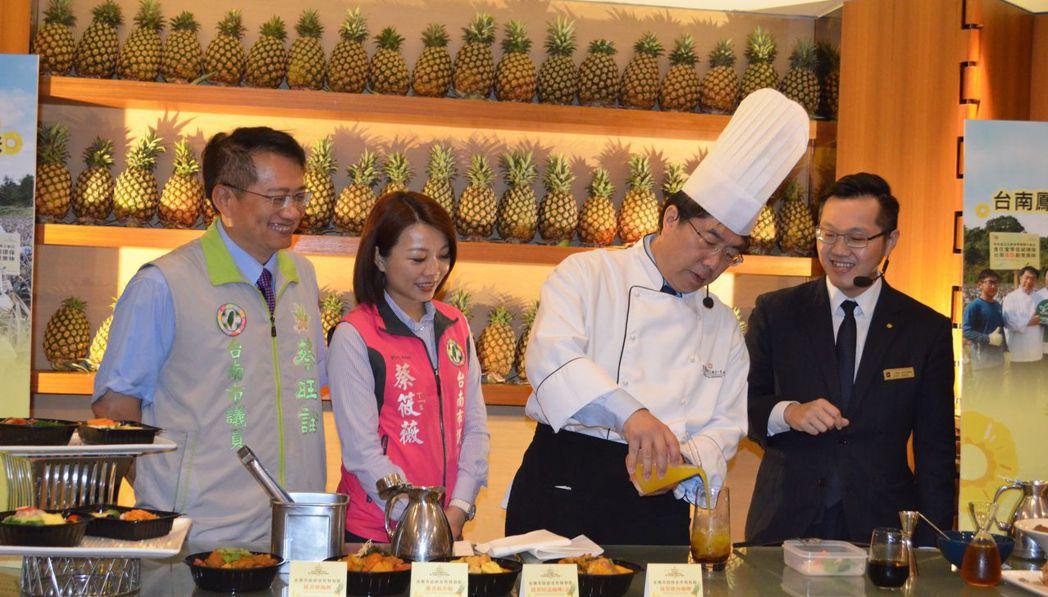黃偉哲市長調製酸甜沁涼的「鳳梨冰茶」。  陳慧明 攝影