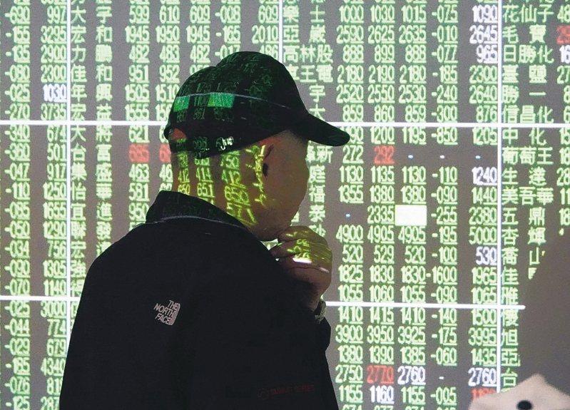 台股上午盤中重挫近700點,摜破9000點大關,投資人望股興嘆。 記者曾吉松/攝影