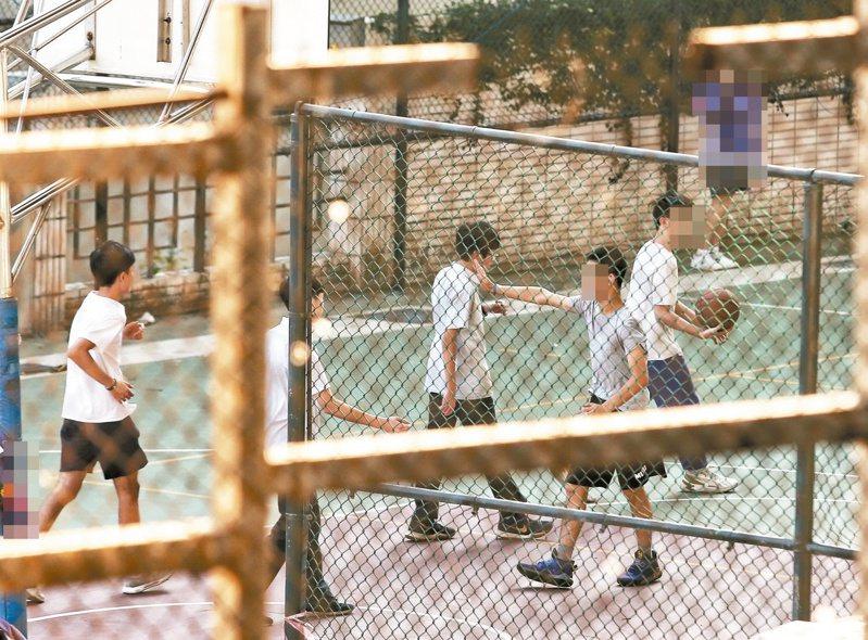 台灣大學公共衛生學院院長詹長權表示,若有學校確診兩例,就是要先關校,全校師生及跨區域也要進行疫情調查。 圖/聯合報系資料照片