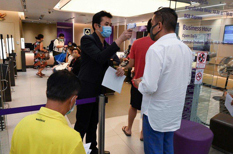 新冠肺炎持續延燒,泰國今天新增60起確診病例,新增創單日新高,累計確診272例。泰國疾管局還提到,其中境外移入包括來自台灣、日本等新病患。 法新社