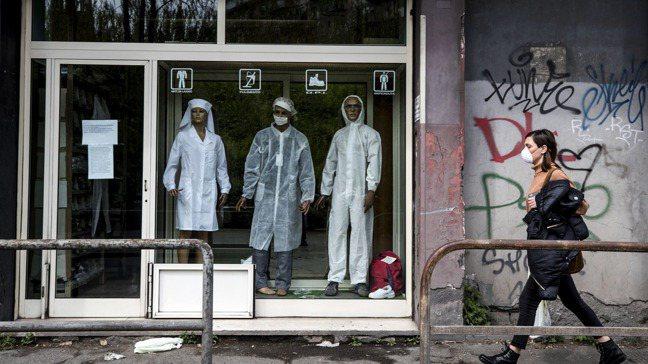 新冠肺炎疫情擴散,已使全球經濟陷入衰退的機率大幅升高。圖為羅馬街頭一隅景象。  ...