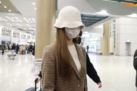 子瑜之前從韓國返台後,就在台南老家居家檢疫14天,足不出戶的她,在社群上分享家居照,18日是她隔離期滿的日子,隨即搭機飛往韓國繼續TWICE的工作。子瑜18日居家檢疫14天結束後,沒有在台灣繼續多待...