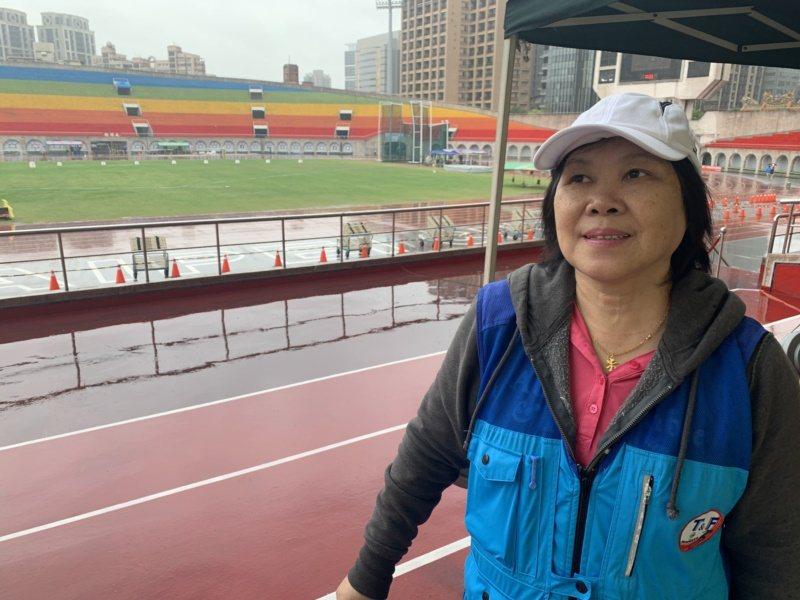 新北市國小退休校長吳玉芳,投身體育界3、40年了,最喜歡和老朋友齊聚田徑場。 圖...