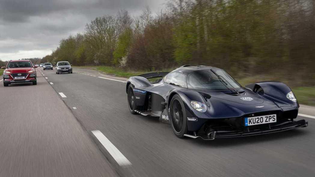 Aston Martin Valkyrie道路測試中。 摘自Aston Mart...