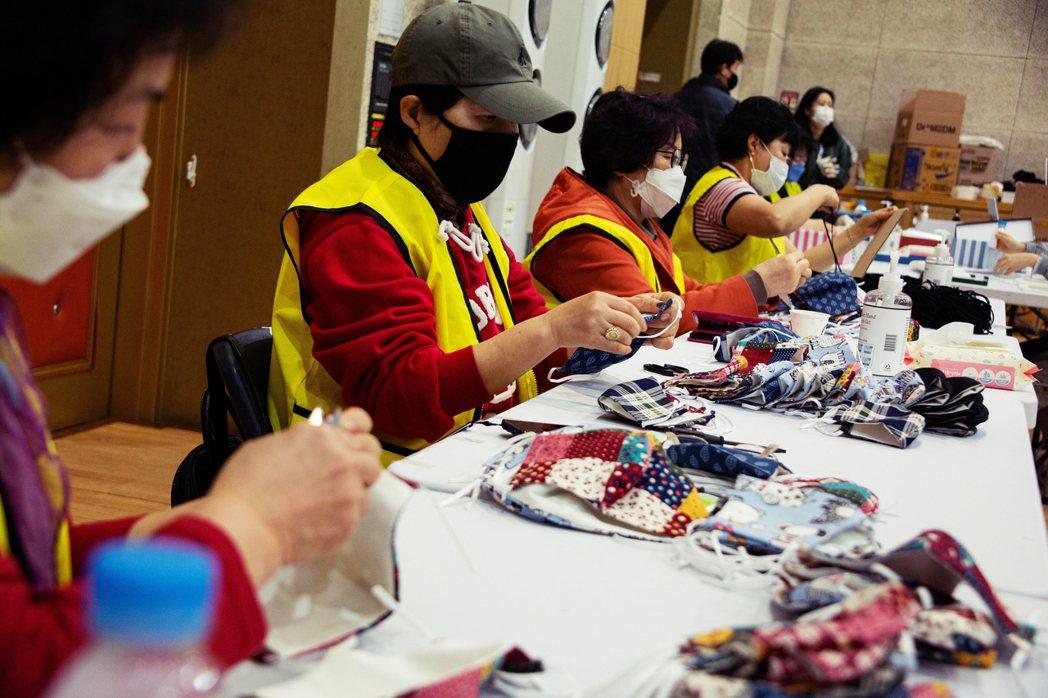 因應疫情大規模擴散,不只醫療人員,一般民眾對口罩的需求也大幅增加,使得南韓出現較...