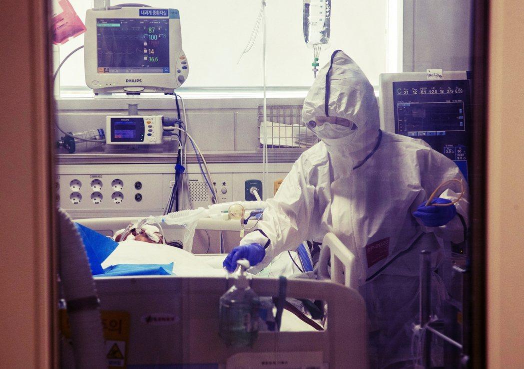 南韓疫情嚴重導因於集體感染,有無關鍵解方?圖為大邱的醫院,為收治確診患者而面臨醫...