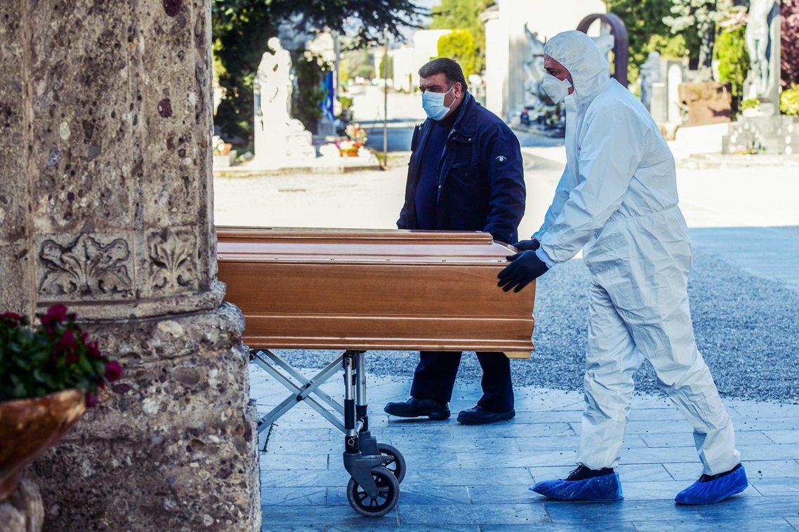 貝加莫日前的遺體運送。 圖/法新社