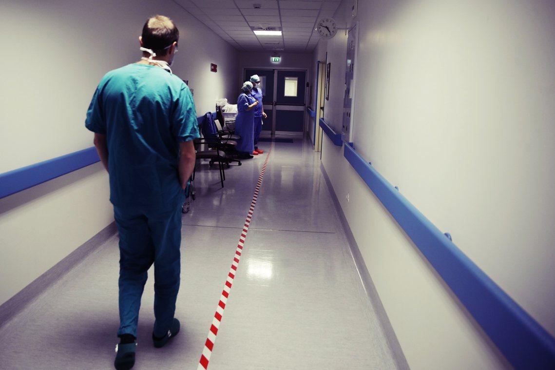 在新舊交接與醫療人力匱乏的現實中,義大利當局又該如何防堵「醫事真空」的防疫缺口?...