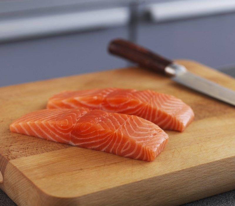 新鮮的鮭魚肉,色澤自然且富有彈性。 圖/挪威海產推廣協會 提供