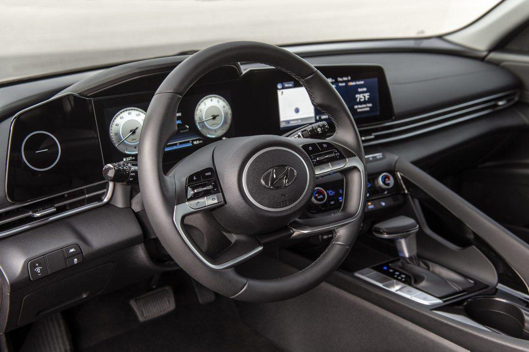 大改款Hyundai Elantra換上一具一體成形式的10.25吋數位大螢幕。...