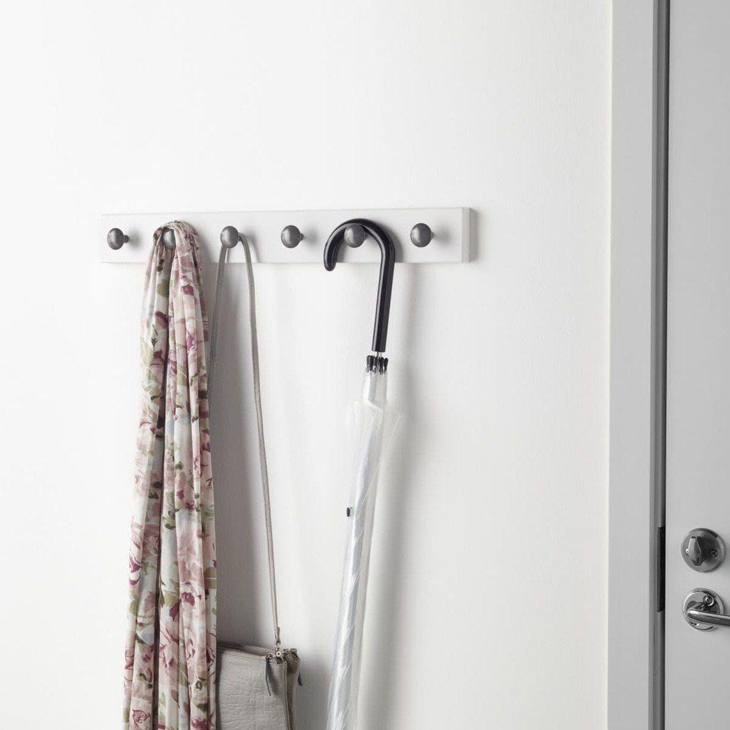 在衣櫃門或牆面加裝LURT/HEDRA系列6勾式掛勾架,即可增添收納空間且容易拿...